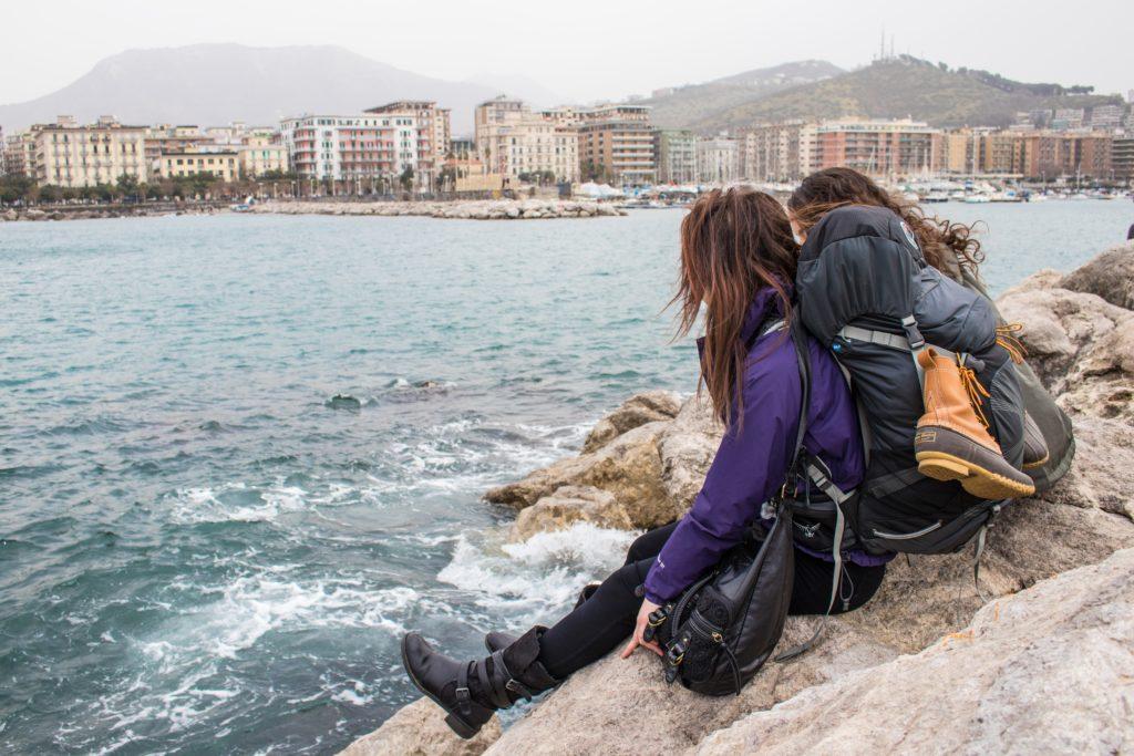 Amigas de viaje por Salermo, Italia